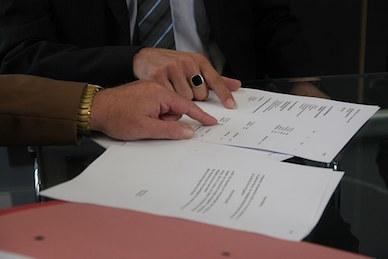bild på kontraktsskrivning vid köp av fastighet