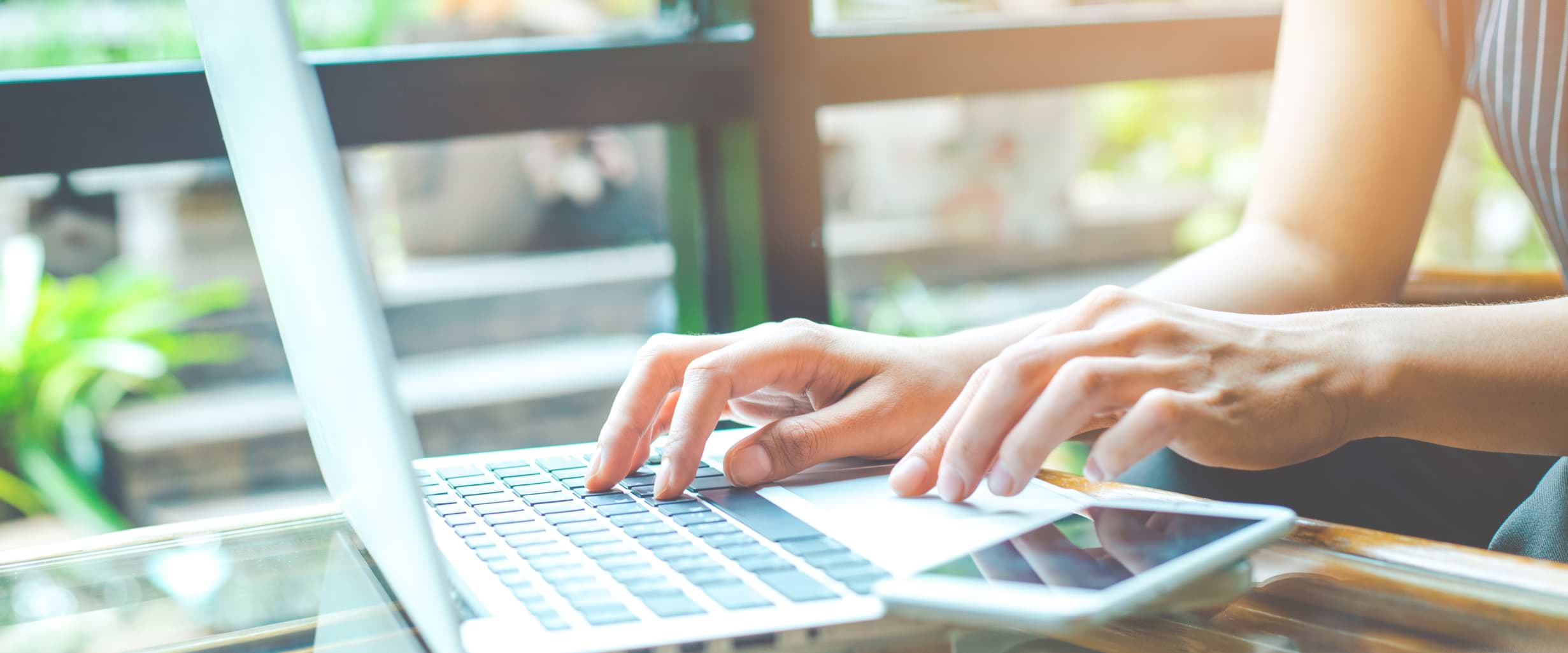 Kvinna betalar av bolån på dator enligt amorteringskrav
